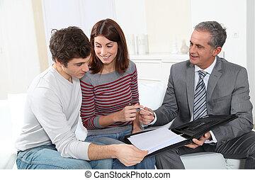 najem, nieruchomość, para, młody, kontrakt, sigining, przedstawiciel