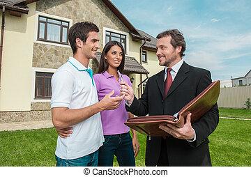 najem, prawdziwy, znacząc, stan, udzielanie, agent., para, sprzedaż, kontrakt, młody, porozumienie, pióro, przedstawiciel, dom, znak