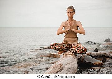 namaste, donna, posa loto, meditare, spiaggia.