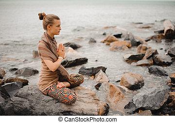 namaste, donna, yoga, posa loto, meditare, retreat., spiaggia