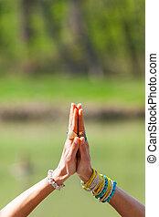 namaste, femme, yoga, lot, mudra, ensoleillé, anneaux, salutation, lac, extérieur, bracelets, mains, coup, jour, geste