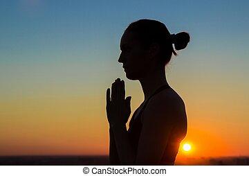 namaste, mujer, yoga, deportivo, practicar, saludo, mano, elaboración, ocaso