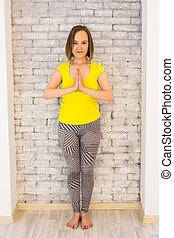 namaste, mulher, prática, ioga, jovem, atraente, mãos, gesto