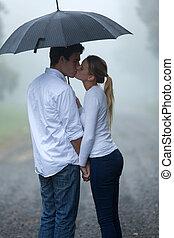 namorada, beijando, chuva, namorado