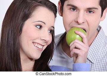 namorada, homem, comendo maçã, jovem