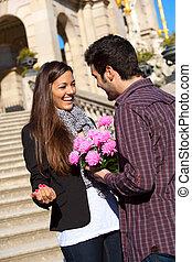 namorada, menino, flores, seu, surpreender