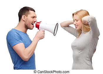 namorada, namorado, megafone, gritando, embora
