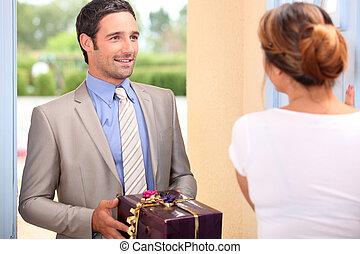 namorada, namorado, presente, entregar