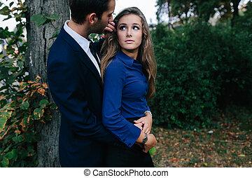 namorada, sujeito, seu, abraçando