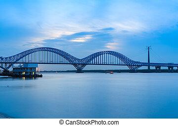 nanjing, estrada ferro, rio yangtze, ponte, em, anoitecer