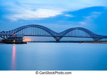 nanjing, ferroviaire, yangtze rivière, pont, à, crépuscule
