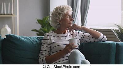 napój, poważne przeglądnięcie, kobieta, zamyślony, herbata, stary, precz, sofa