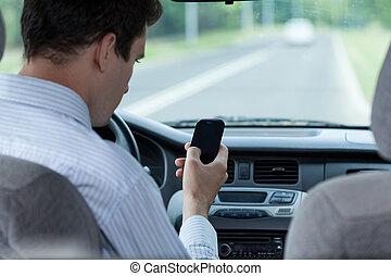 napędowy, ruchomy, wóz, texting, telefon, podczas, człowiek