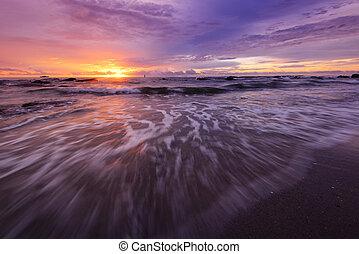 napkelte, -ban, a, tengerpart.