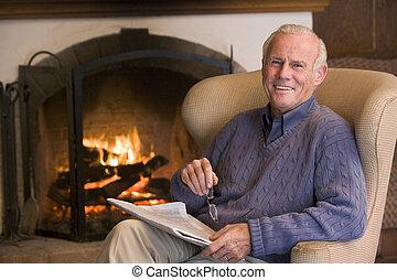 nappali, ülés, újság, mosolygós, kandalló, ember