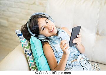 nappali, ülés, fesztelen, dívány, zene hallgat, otthon, leány