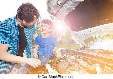 naprawiając, wóz, ojciec, syn, zewnątrz, szczęśliwy