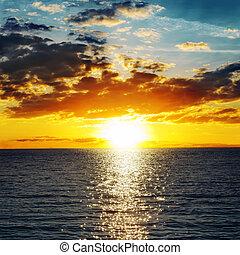 narancs, napnyugta, felett, elsötétít, víz
