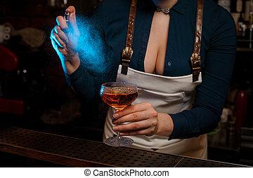 naranja, ella, rociar, barman, mano femenina, cóctel