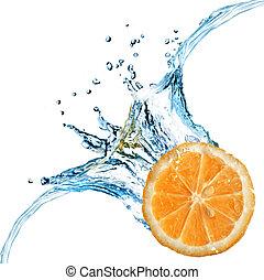 naranja fresca, caído, en, agua, con, salpicadura, aislado, blanco