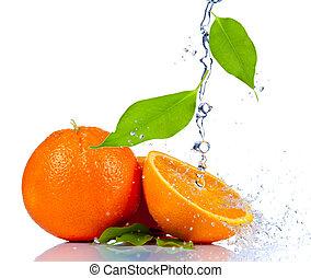 naranja fresca, en, agua, salpicadura