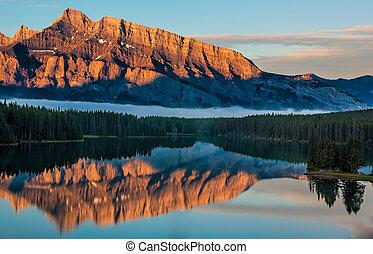 naranja, montaña, reflexión, en, lago minnewanka