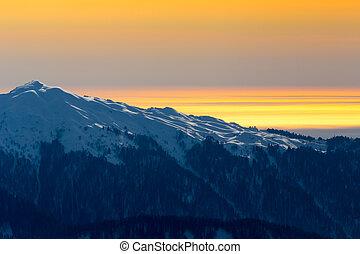 naranja, ocaso, encima, montañas