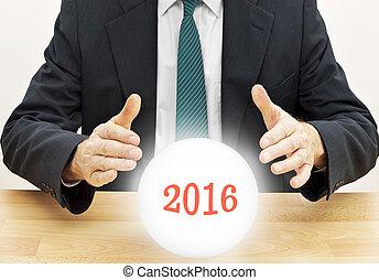 narrator trafu, biznesmen, przepowiadając, przyszłość, nowy rok, 2016, z, kryształowa piłka