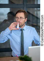nasale, utilisation, éternuer, pulvérisation, homme affaires, jeune