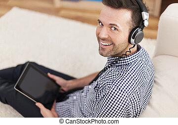 naslouchání poslech, portrét, voják, hudba, usmívaní, domů