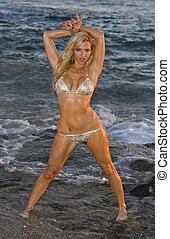 nasse, blond, in, bikini, an, sandstrand