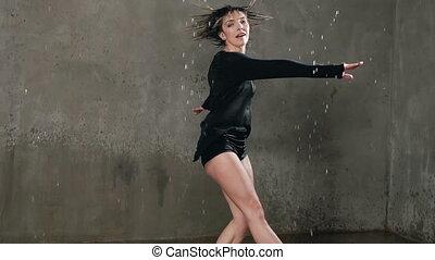 nasse, tänzer, tanzen, unter, der, tropfen, von, wasser, in, der, studio, vorher, studio, licht, ., regen, nasse, mädchentänzer, in, schwarze kleidung, marken, kreise, ungefähr, sich