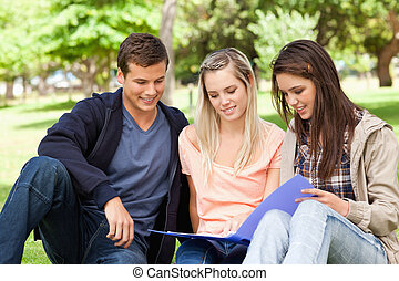 nastolatki, badając, razem, trzy