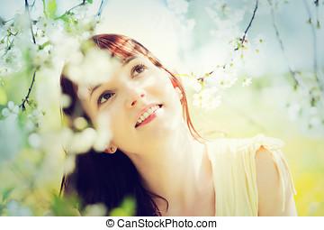 natürlich, schöne frau, entspannend, und, lächeln, in, a, fruehjahr, garden.