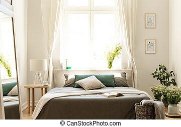 natürlich, schalfzimmer, inneneinrichtung, mit, a, bett, umgeben, per, sträuße, von, wild, flowers., groß, sonnig, fenster, in, der, hintergrund., echte , photo.