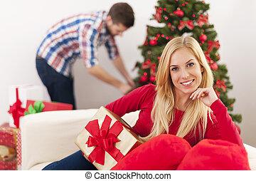natal feliz, assento mulher, ligado, sofá, em, sala de estar