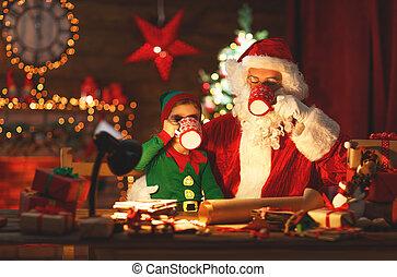 natal., papai noel, com, duende, bebida, leite, e, comer, biscoitos