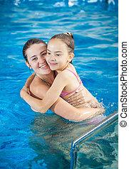 natation, fille, piscine, étreindre, mère