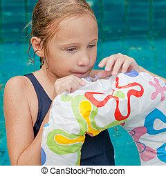 natation, girl, peu, piscine, anneau, caoutchouc