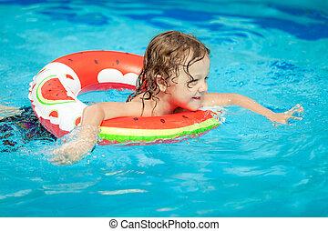 natation, peu, garçon piscine, anneau, caoutchouc