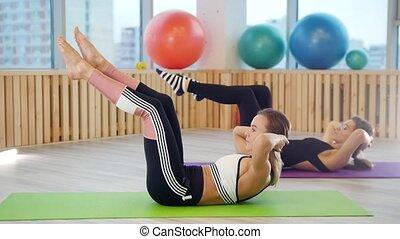 natte yoga, jambe, jeune, fitness, exercices, femmes, studio.