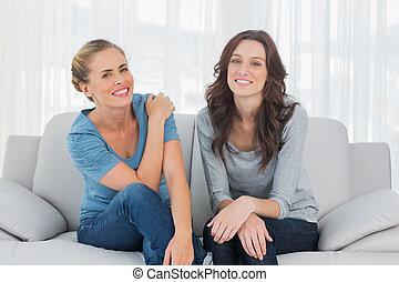 natural, mulheres, posar, enquanto, sentar-se couch