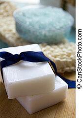 natural, orgánico, jabón, sal del mar, orgánico, loofah, en, un, azul, de madera