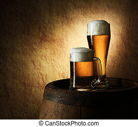 naturaleza muerta, de, cerveza, y, barril, en, un, viejo,...