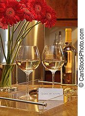 naturaleza muerta, de, gafas vino blanco, con, margaritas de gerbera