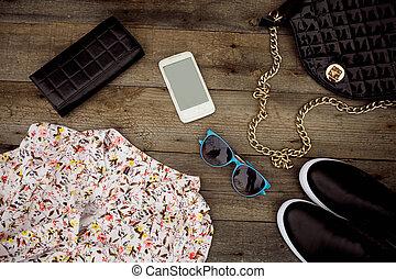 naturaleza muerta, de, moda, woman., mujer, ropa, y, accesorios, en, de madera, plano de fondo