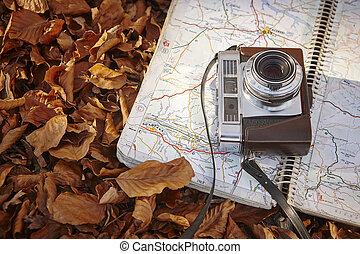naturaleza muerta, en, el, bosque de otoño, con, cámara, y, mapa