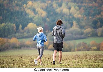 nature, couple, jeune, automne, courant, vue postérieure