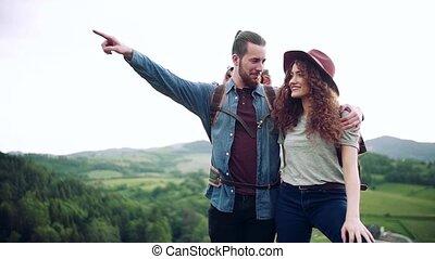 nature, jeune, parler., couple, voyageurs, randonnée, sacs dos, touriste