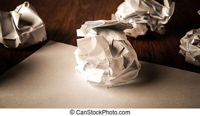 nature morte, de, papier, et, a, papier chiffonné, sur, a, table
